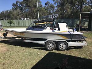 Raider sports ski boat