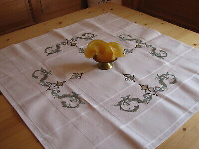 Tischmitteldecke reine Handarbeit in Kreuzstich nach Stickvorlage und DMC Garn
