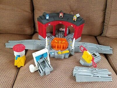 Fisher Price GeoTrax Workin Roundhouse H4834 2005 Train Depot Station Toy Set