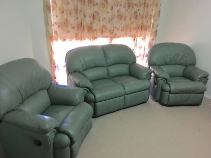 Leather 3 piece lounge like new.
