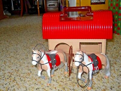 BATTAT TOY HORSE BARN STABLE WITH 2 HORSE ACTION FIGURES