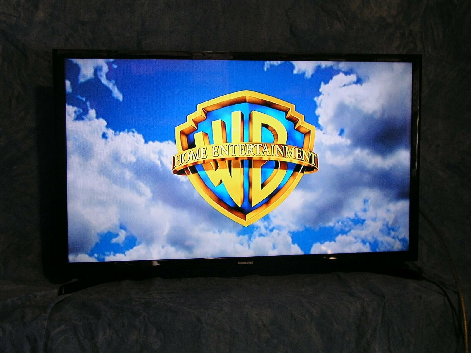 Samsung 32 Inch 720p Motion Rate 60 Slim LED HDTV  UN32J4000AFXZA (2015)
