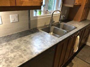 Comptoir et évier de cuisine et robinet