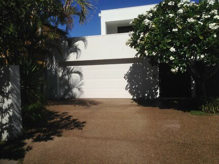 Surfers Large Furnished Room Available
