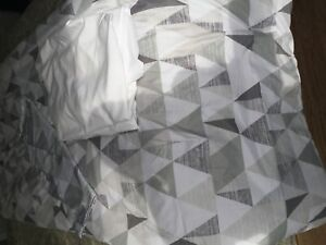 Single bed comforter, with pillow sham & white sheets &40.00