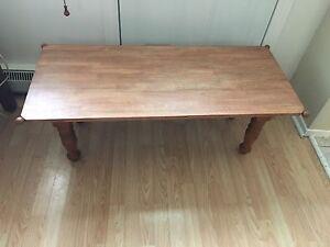 Jolie table de salon en chêne