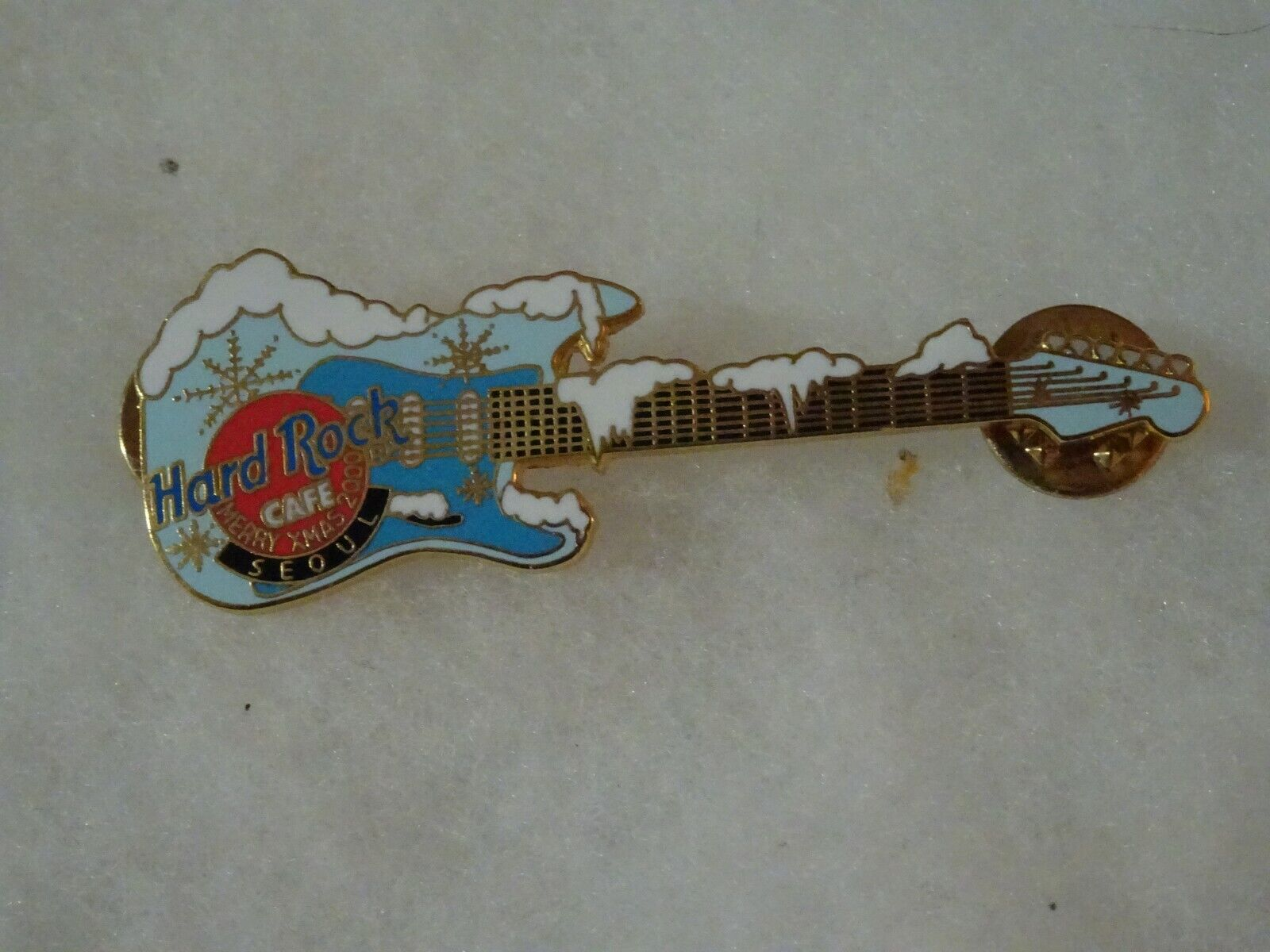 Hard Rock Cafe Pin Seoul Blue Guitar With Piles Of Snow Christmas 2000 - $14.00