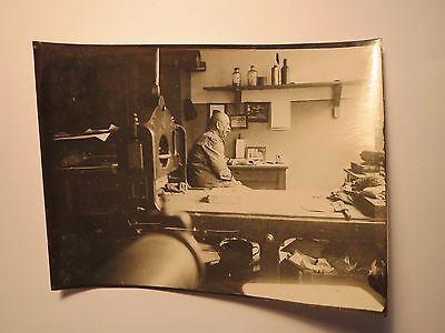 Mann in einer Werkstatt ? mit Flaschen Geräte Maschine ? Drucker ? / Foto ()
