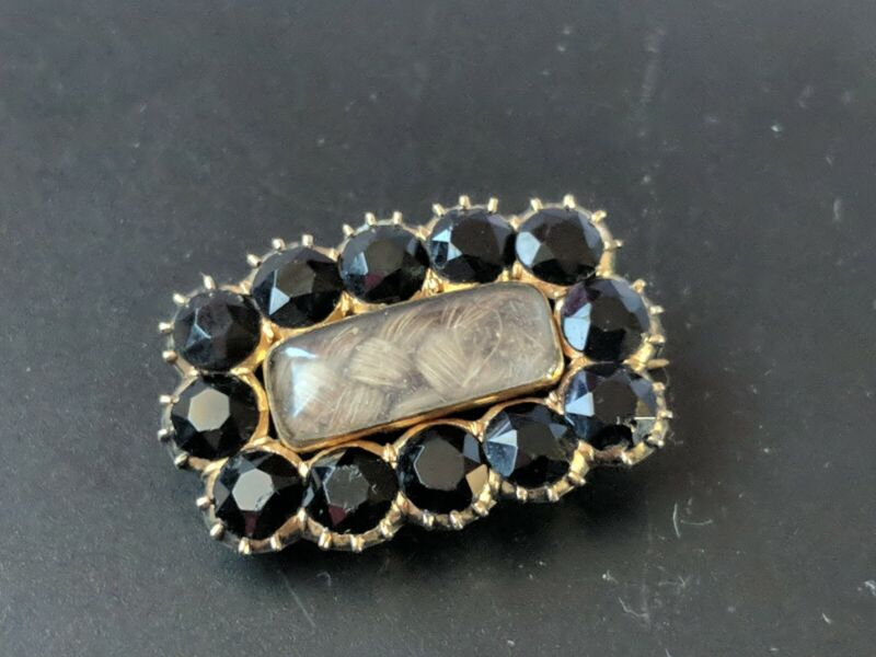 ANTIQUE GEORGIAN JETS & GOLD CASED  MOURNING BROOCH ENGAVED 1824