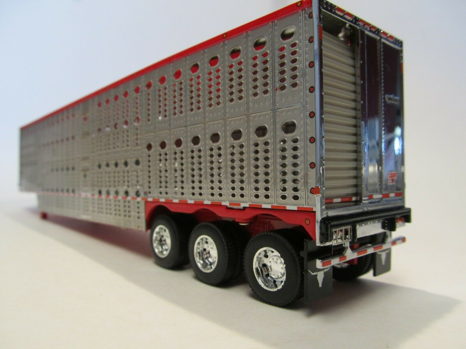 DCP 1/64 SCALE WILSON LIVESTOCK TRAILER TRIPLE AXLE SILVER SIDES, RED TOP/ FRAME 3