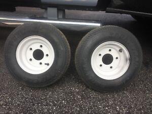 Deux pneus sur rim pour petite remorque