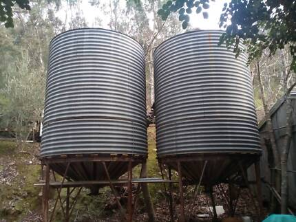 2 x Grain silos / 2 x towable sheep feeders