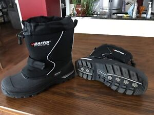 Boys winter boots size 7, mint condition