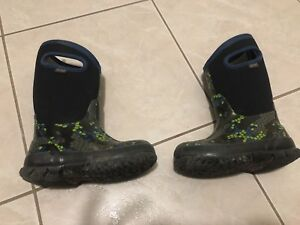 Used Boys BOGS winter boots toddler size 10