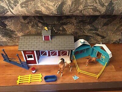 Breyer Lot Stablemates Red Stable, Frolicking Foals Pocket Barn, 2 Figures