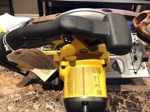 Dewalt 20V cordless circular saw. 6 1/2 inch blade.