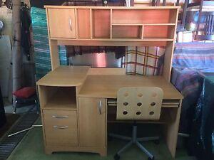 Bureau d'ordinateur avec huche