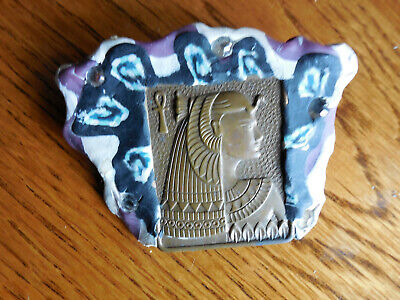 VINTAGE STRANGE PIN EGYPTIAN PHARAOH QUEEN OR KING BRASS PANEL IN CLAY BROOCH