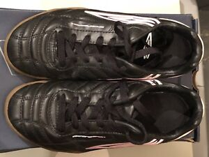 Soccer Shoes indoor women's size 8.5 Like New $25