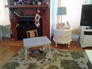 Jolie petite table et chaise berçante pour enfants.