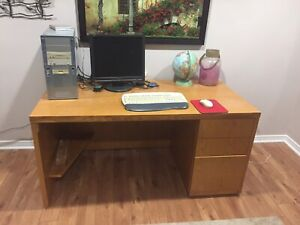Oak desk in very good condition