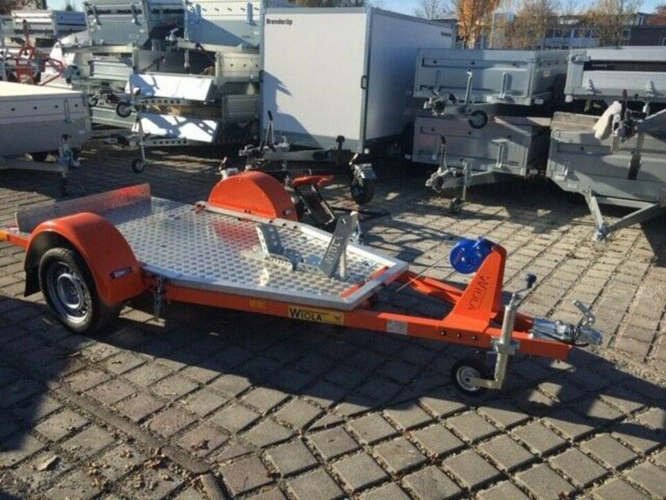 *Ausstellungsstück* Absenkbarer Motorradanhänger von Wiola 750kg in Rosenheim