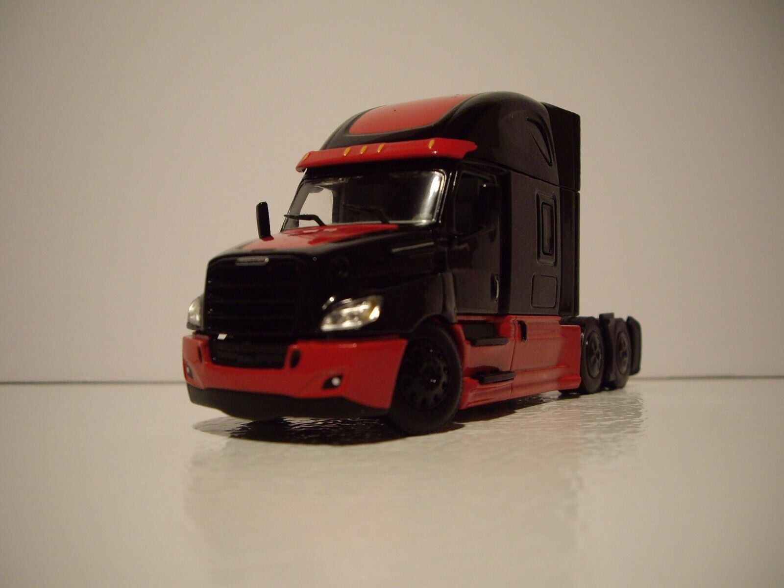 DCP FIRST GEAR 1/64 BLACK AND RED FREIGHTLINER CASCADIA WITH HIGH ROOF SLEEPER