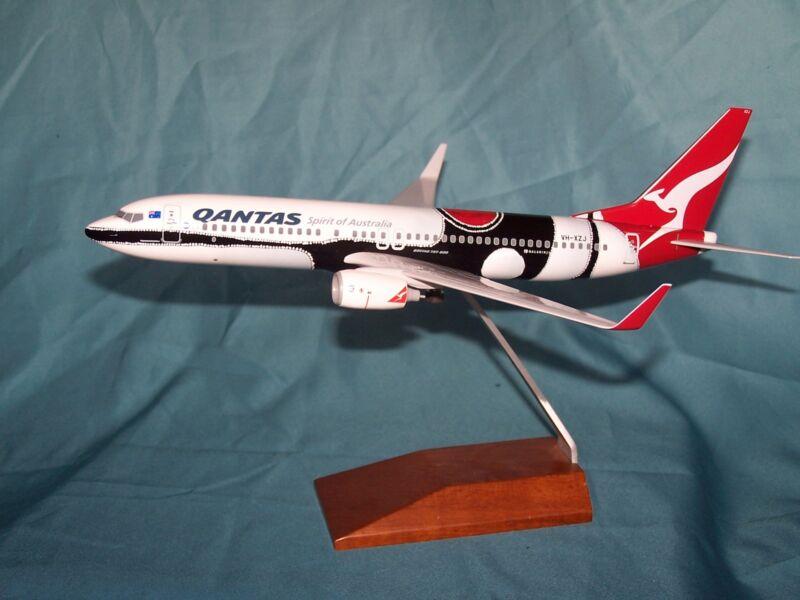 QANTAS AIRLINES MENDOOWOORRJI  737-800 1:130 DESK MODEL SKYMARKS - EXECUTIVE