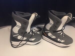 Youth snowboarding boots