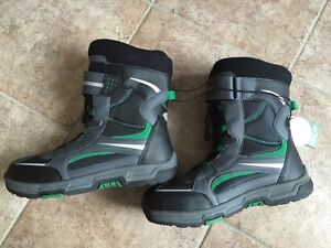 Brand new Youth size 7 snowboots for sale