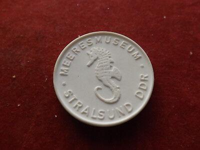 *Meissen* Porzellan Medaille* Meeresmuseum Stralsund DDR *ca,40mm(37)