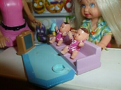 BARBIE KELLY SIZE TOY - MINIATURE DOLLHOUSE FURNITURE LIVING ROOM TWO TINY DOLL