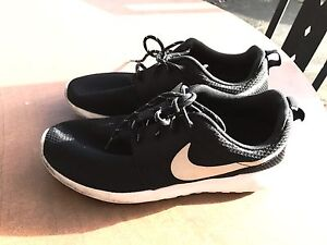 Nike Roshe One Size 7 Womens