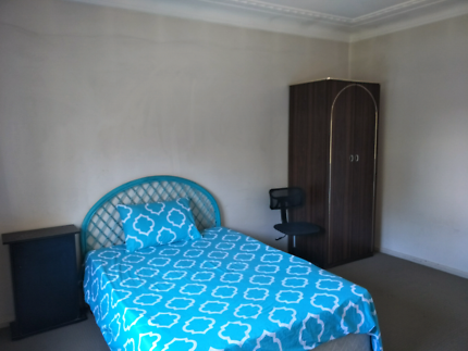 Room to rent in a house at seven hills with couples for females