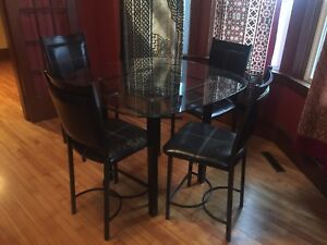 Glass dining table with high stool