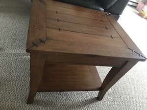 2 matching end tables or coffee tables
