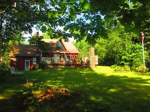 Beautiful 3 BDRM Lakefront House - 15 min to Mahoney Bay, NS