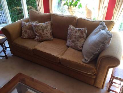 Beautiful 3 seater sofa and 2 matching armchairs