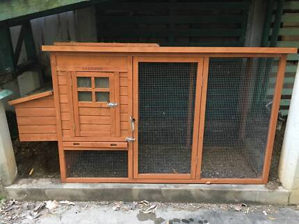 Snoozy Pets Wooden Chicken Coop in good condition