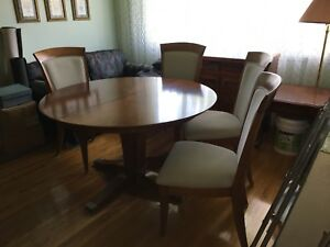 Beautiful dining room table and 4 chairs