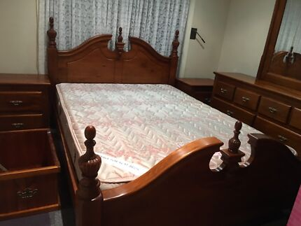 AUSTRALIAN HAND CRAFTED OAKWOOD QS BEDROOM SET VGC