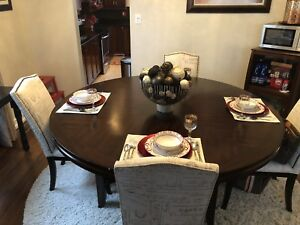 Round dinning table.
