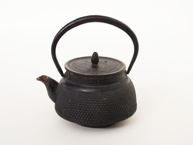 Antique Japanese Iron TEA KETTLE Teapot Tetsubin Signed Pinecone