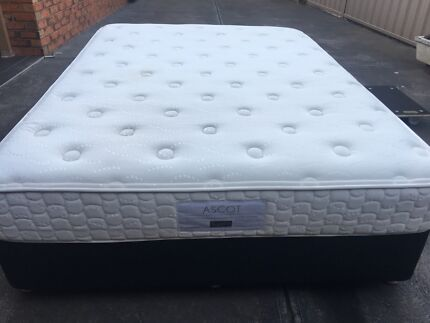 FREE DELİVERY QUEEN MATTRESS AND BASE IN EXCELLENT CONDİTİON.