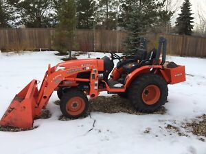 Kubota B3200 Tractor with front mount snow blower and bucket
