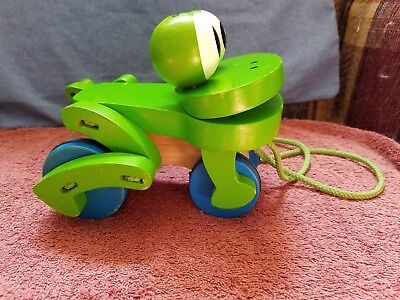 MELISSA & DOUG ~~WOODEN ~~ FROLICKING 'FROG' PULL TOY!! ~~ FREE SHIPPING!! (Frolicking Frog Pull Toy)