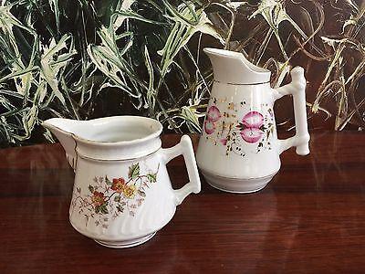 2 schöne antike Milchkännchen - weiß mit Blumendekor und Gold