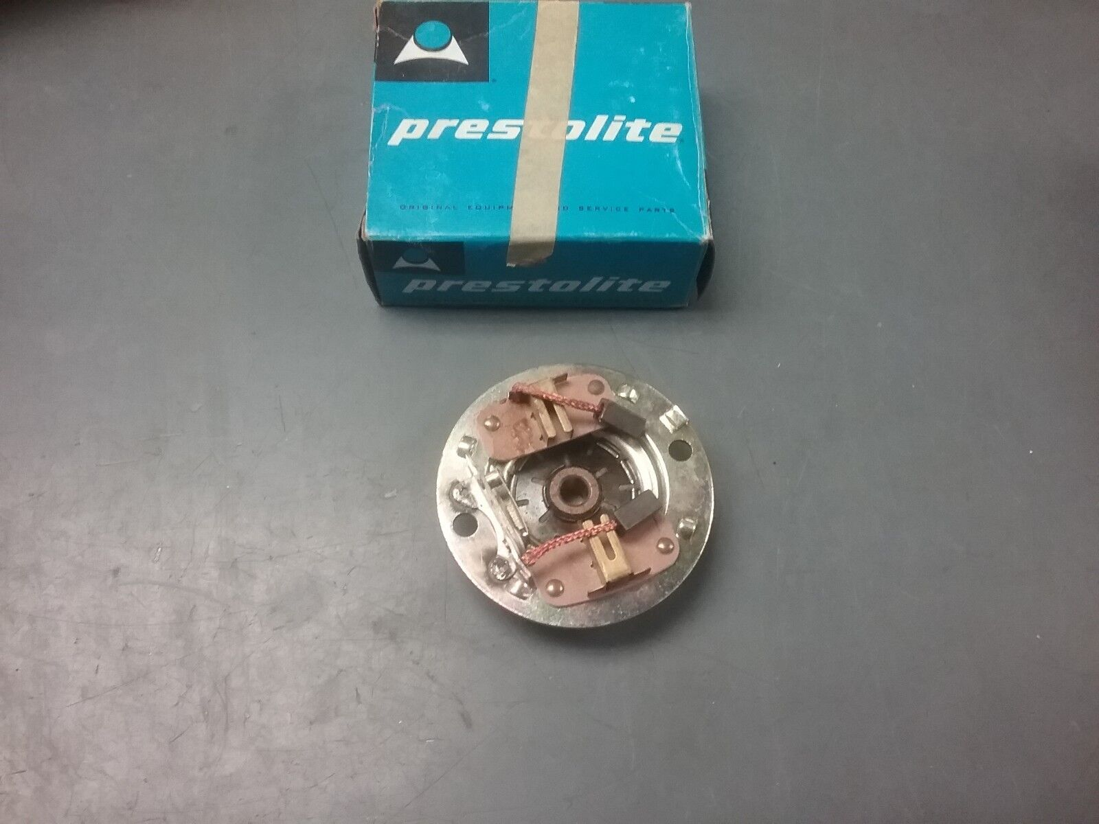 Commutator head assembly for a Johnson or Evinrude outboard motor 382545