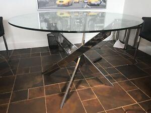 Table en verre sur pied en stainless de JC Perreault