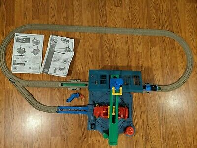 THOMAS TRACKMASTER SPIN & FIX THOMAS AT THE SODOR STEAMWORKS SET COMPLETE